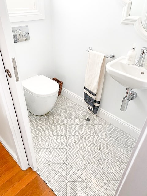 Ensuite-Bathroom-Renovation-Design-With-Concealed-Toilet-Cistern-in-Sydney