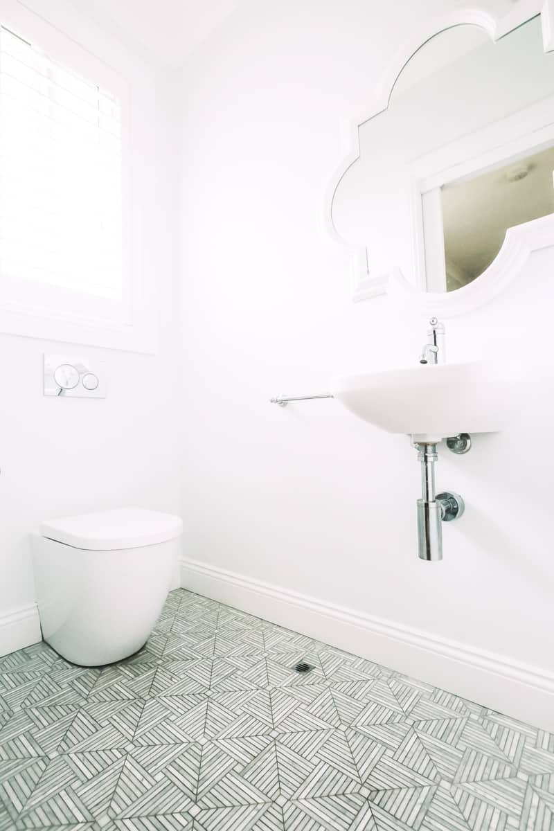 Minimalist-ensuite-bathroom-design-idea-using-basin-with-exposed-pipes-and-concealed-toilet-cistern