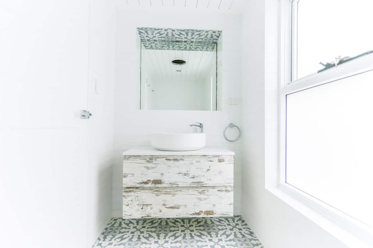 Ensuite-Bathroom-Renovation-in-Sylvania-Sydney-with-beach-style-and-wall-hung-vanity-unit-1