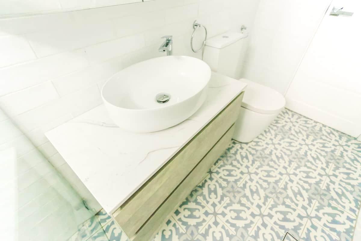 Small-Bathroom-Renovation-in-Sylvania-Sydney-with-beach-style-white-vanity-top