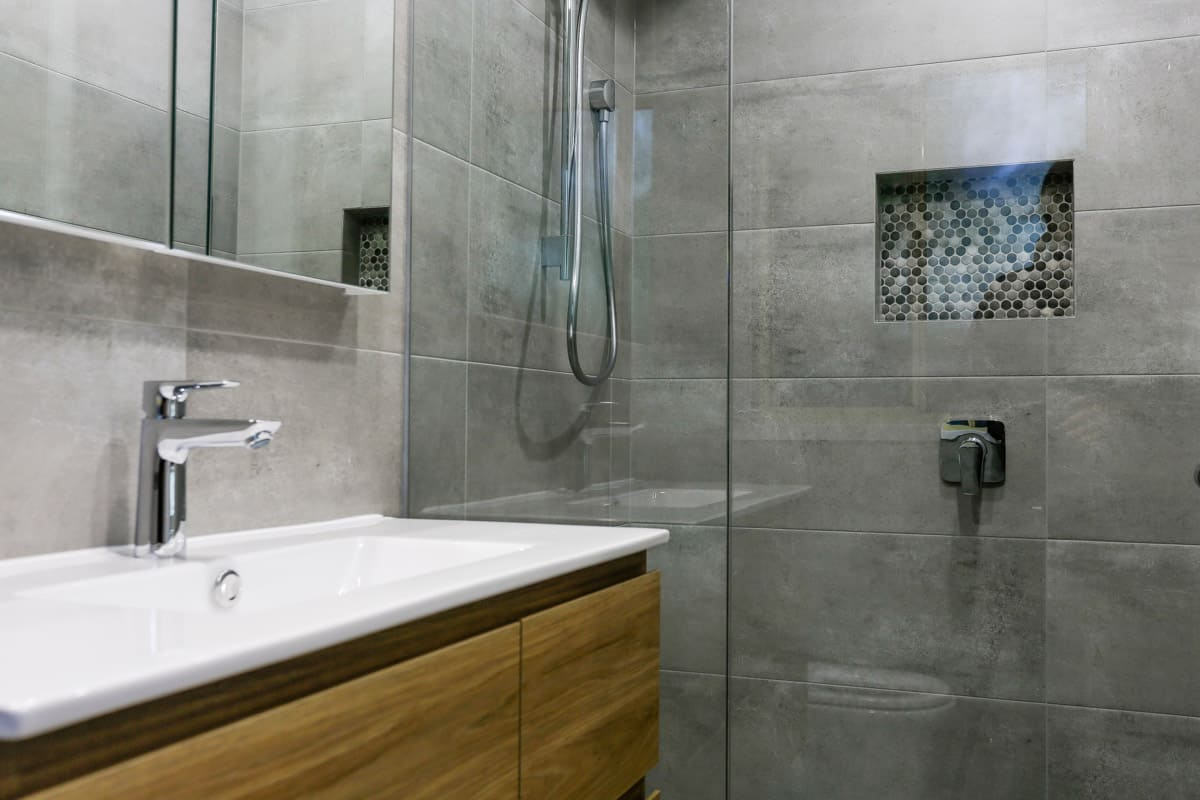 Small-bathroom-renovation-in-Sydney-with-walk-in-shower-and-timber-wall-hung-Glacier-Ensuite-Twin-900-vanity