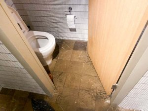 Nu-Trend plumbing fixing a blocked sewer drain in a restaurant shopping centre retail store water in the toilet